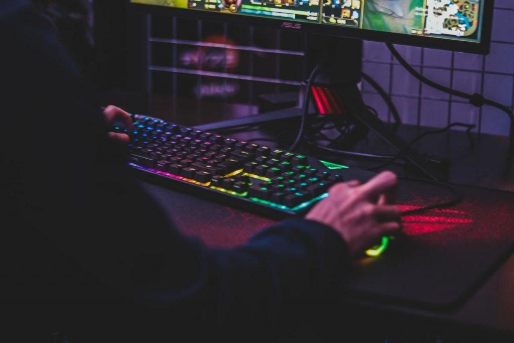 オンラインゲームのチート行為をデータ通信量で判別するAIをテキサス大学が開発