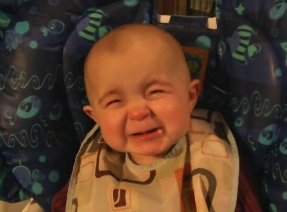 母が歌う瞬間泣く、感情豊か赤ちゃん