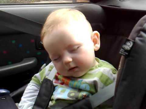 睡魔に襲われた赤ちゃん!